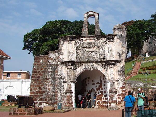 Pháo đài Famosa - biểu tượng của Malacca, được người Bồ Đào Nha xây năm 1511 nhằm bảo vệ Malacca trước những cuộc tấn công từ biển. Ảnh: travelblog.