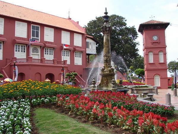 Toà thị chính màu hồng đồ sộ Stadthuys được xây từ 1641 đến 1660 và được xem là toà nhà xây theo lối kiến trúc của Hà Lan cổ nhất ở châu Á. Ảnh: travelblog.