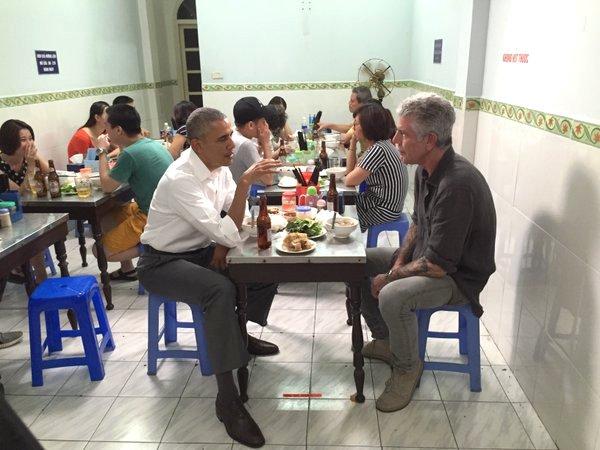Tổng thống Obama và đầu bếp nổi tiếng Anthony Bourdain thưởng thức bún chả tại Hà Nội. (Ảnh: Instagram Anthony Bourdain)
