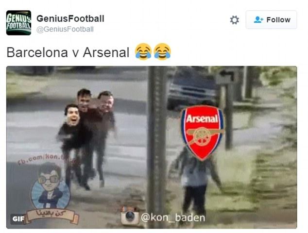 Đám trẻ ở Nou Camp cười nhạc cậu bé Arsenal.