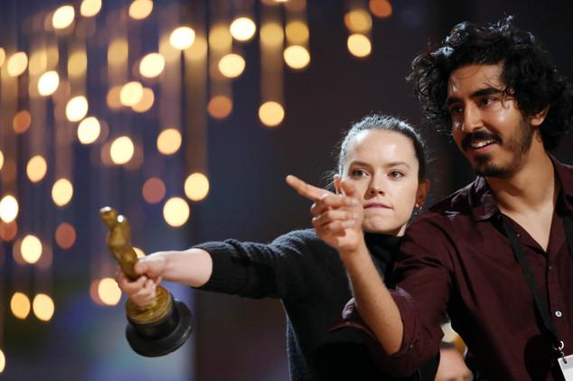 Daisy Ridley và Dev Patel nhí nhố trên sân khấu