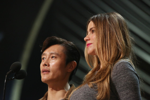 Sofia Vergara và Lee Byung Hun trên sân khấu Oscar