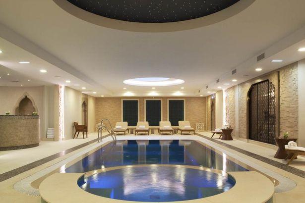 Khu bể bơi ngay trong khách sạn Auberge du Jeu de Paume. Ảnh: The Mirror