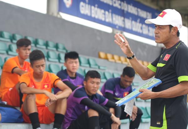 HLV Đinh Thế Nam và các cầu thủ U16 Việt Nam