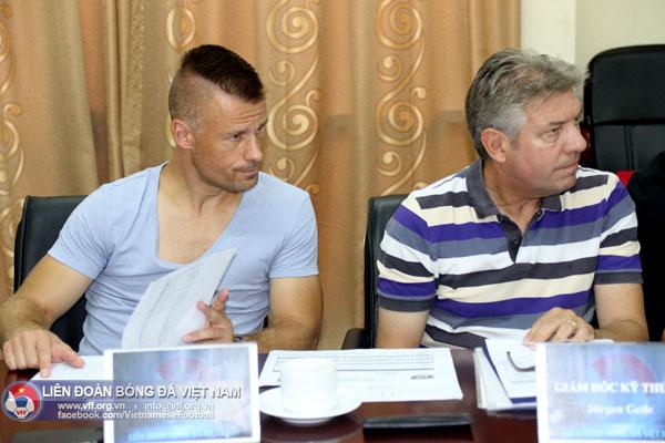 Hai chuyên gia người Đức, ông Jürgen Gede - GĐKT (phải) và ông Martin Forkel - HLV thể lực