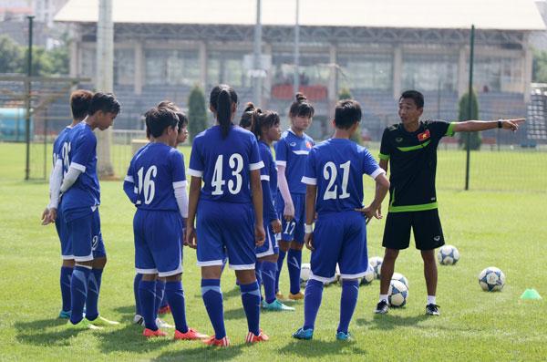 HLV Đặng Quốc Tuấn cùng các cầu thủ U16 nữ Việt Nam trong buổi tập ngày 23/8