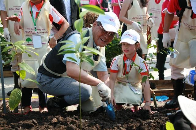 Hình ảnh ông Takuya Okada – người sáng lập ra tập đoàn AEON, năm nay đã 91 tuổi, nở nụ cười hạnh phúc trong lễ trồng cây tại TTTM AEON MALL Long Biên tháng 8 năm ngoái