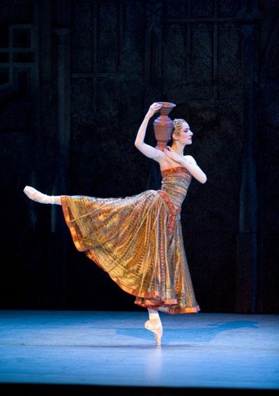 """Agnes Letestu – """"quý bà nổi tiếng của Opera de Paris sẽ góp mặt trong đêm diễn tại Hà Nội vào 11/6 tới."""