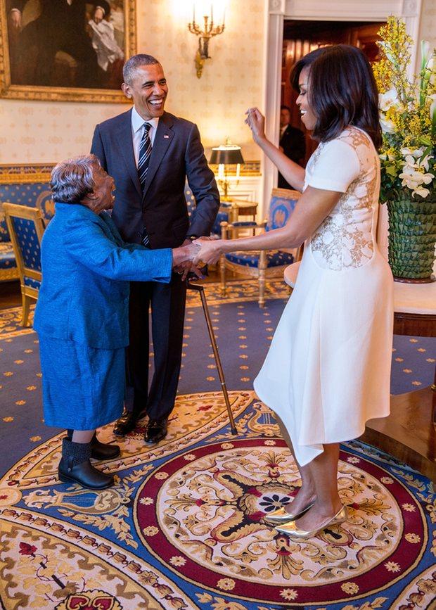 Tháng 2 năm 2016, Tổng thống Obama xem phần khiêu vũ giữa vợ ông với cụ bà 106 tuổi Virginia McLaurin trong Phòng Xanh của Nhà Trắng.