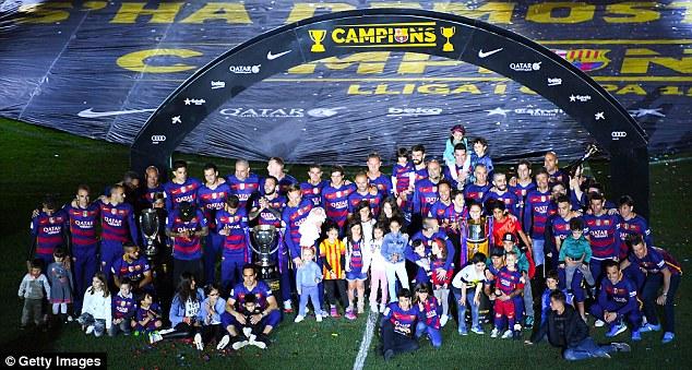 Toàn đội Barcelona đã có bữa tiệc mừng công hoành tráng trên sân Camp Nou với các CĐV.