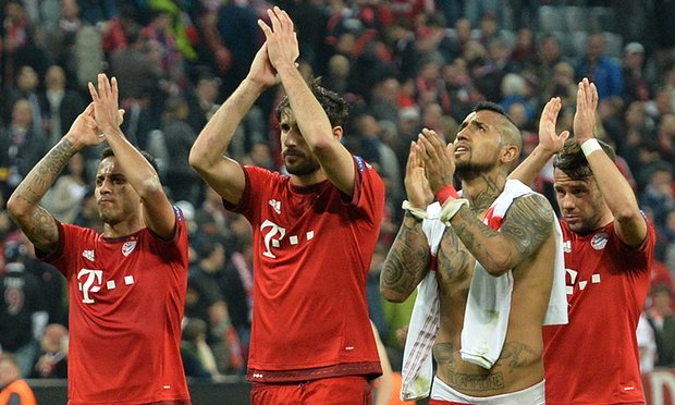 Vidal (thứ hai từ phải sang) là người hùng của Hùm xám trong trận gặp Benfica