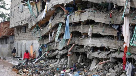 Tòa nhà đổ sập cách đây 4 ngày ở thủ đô Nairobi, Kenya. (Ảnh: EPA)
