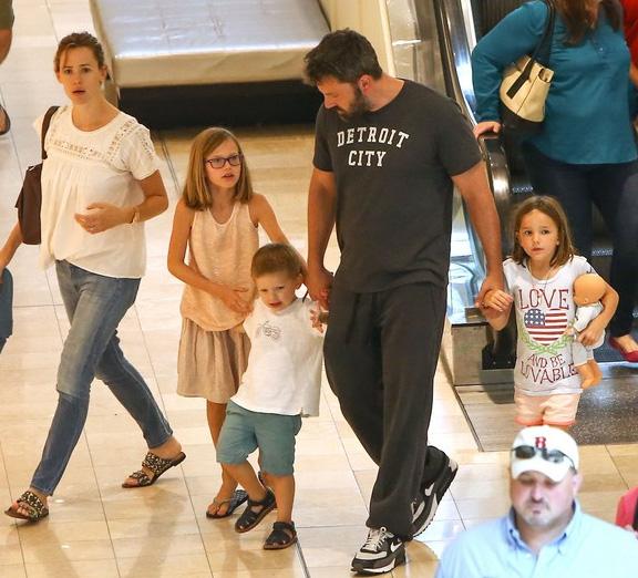 Gia đình Ben và Jennifer luôn gây chú ý ở bất kỳ nơi nào họ xuất hiện. (Ảnh: babyrazzi)