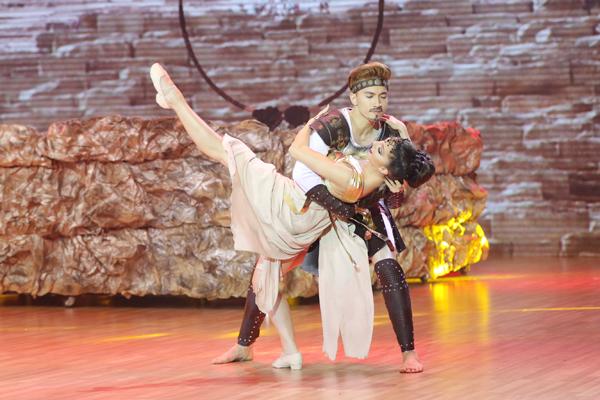 S.T kể câu chuyện tình yêu giữa một cặp trai gái thuộc hai giai cấp khác nhau. Bài thi của thành viên 365 Daband là sự kết hợp của hai điệu Tango và Rumba.