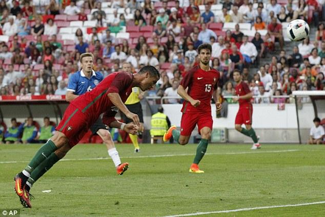 Ronaldo đánh đầu mở tỉ số trận đấu sau đường kiến tạo tuyệt đẹp của Quaresma. Ảnh: AP