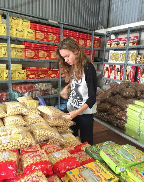 Brie đang đứng trong một cửa hàng tạp hóa và chọn bánh nhãn.