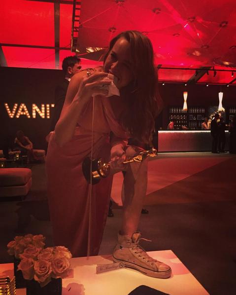 Bức ảnh nghịch ngợm tại bữa tiệc hậu Oscar của Brie. Bức ảnh này được chính cô đăng tải trên trang Instgram.