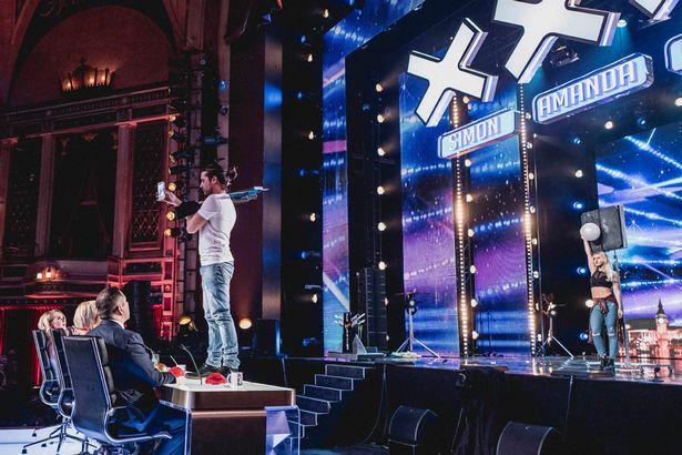 Ben Blaque làm Ban giám khảo giật thót vì màn giới thiệu với nỏ bắn tên (Ảnh: ITV)