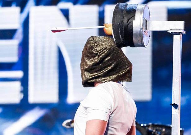 Ben trùm kín đầu trong màn trình diễn (Ảnh: ITV)