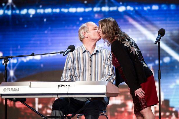 Cặp thí sinh Tony và Patsy trao nhau nụ hôn trên sân khấu chương trình (Ảnh: Syco)
