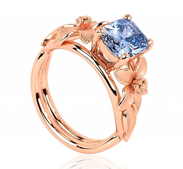 Cận cảnh chiếc nhẫn kim cương xanh trị giá 2 triệu đôla với bông hoa hồng tinh xảo làm từ vàng và bạch kim