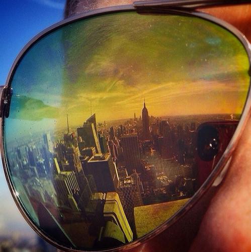 Thay vì chụp thành phố từ trên cao, bạn có thể chụp ảnh phản chiếu thông qua kính râm.
