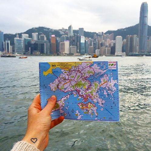 So sánh khung cảnh với bản đồ hoặc tìm một địa điểm có kiến trúc độc đáo để chụp ảnh.