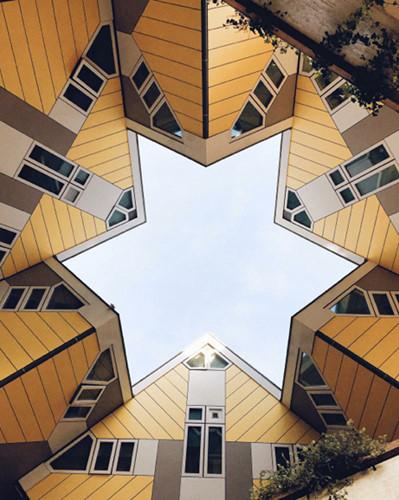 Nhìn lên hoặc xuống, bạn có thể bất ngờ nhận ra những kiến trúc độc đáo