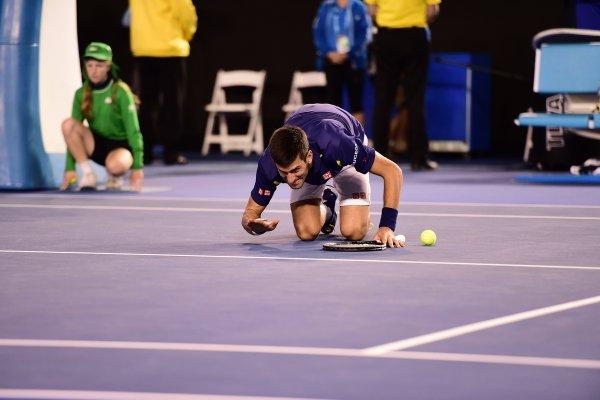 Djokovic hôn lên mặt sân Rod Lanver sau chức vô địch Grand Slam thứ 11