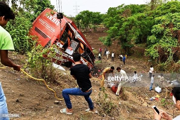 Ngày 5/6/2016, một chiếc xe bus đâm vào hai xe con đỗ bên đường trên đường cao tốc Mumbai gần Shedung Panvel, Ấn Độ. Vụ tai nạn này khiến 17 người tử vong và 28 người bị thương.