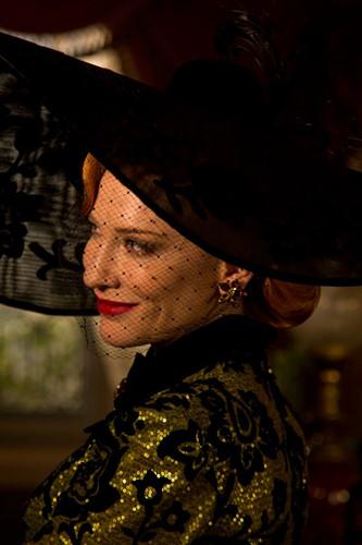 Nữ diễn viên Cate Blanchett đã vào một trong những nhân vật phản diện vĩ đại nhất thế giới cổ tích - Mẹ kế của Lọ Lem trong bộ phim Cinderella năm 2015. Khán giả không khỏi suýt xoa trước nhan sắc lộng lẫy của bà mẹ kế, thậm chí còn yêu thích hơn cả nàng Lọ Lem bánh bèo trong phim.