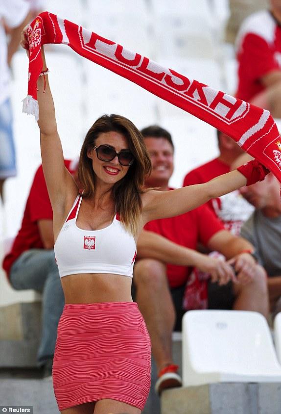 CĐV Ba Lan cũng không hề kém cạnh nếu xét về độ nóng bỏng.