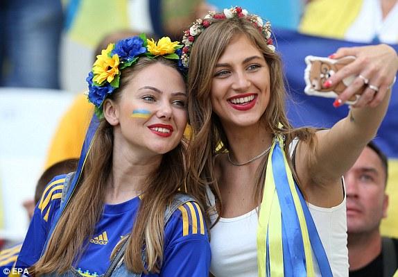 Hai cô gái Ukraine với nụ cười rạng rỡ cũng tranh thủ selfie trước khi trận đấu diễn ra.