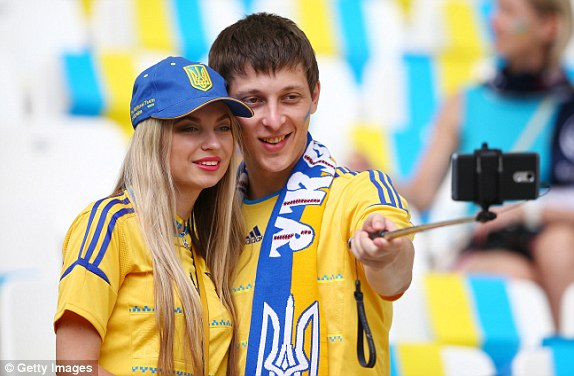 Một nữ CĐV xinh đẹp chụp ảnh selfie cùng bạn trên khán đài trước trận đấu.