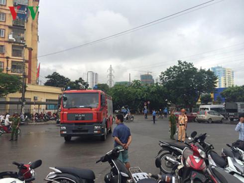Lực lượng công an, cảnh sát giao thông phong tỏa hiện trường để phục vụ công tác chữa cháy. Ảnh: VOV