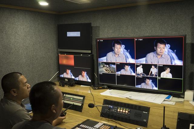 VTV8 dùng xe màu HD với các trang thiết bị ghi hình hiện đại như steadycam, flycam... để ghi hình chương trình.