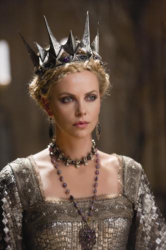 Mụ phù thủy độc ác luôn bày mưu tính kế hãm hại nàng Bạch Tuyết trong Snow White The Huntsman do nữ diễn viên Charlize Theron thủ vai. Với nhan sắc lộng lẫy như thế này, vì sao mà bà lại cứ phải đi đố kỵ với Bạch Tuyết nhỉ?