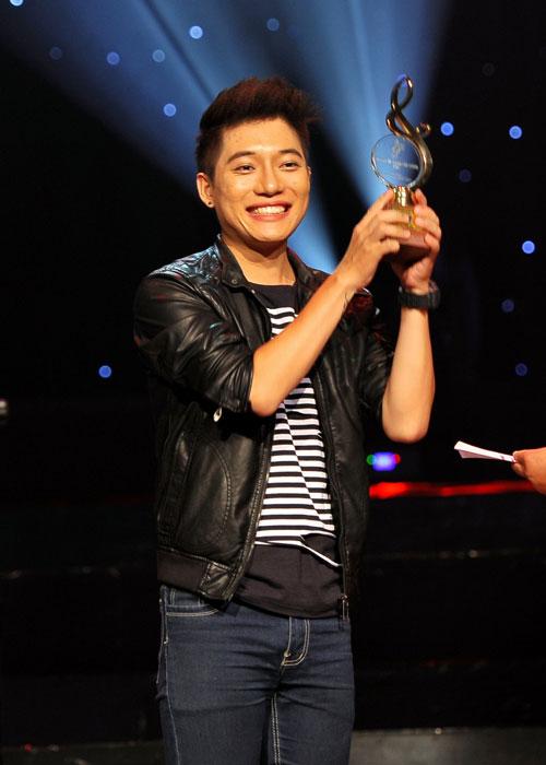 Nhạc sĩ Châu Đăng Khoa nhận giải bài hát ấn tượng trong chương trình Bài hát Việt 2012.