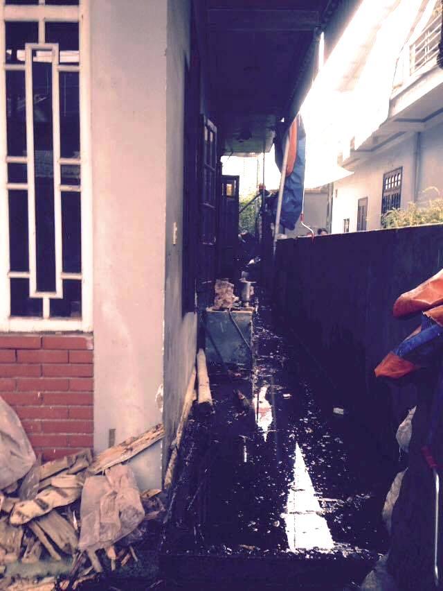 Căn nhà nằm sâu trong ngõ gây khó khăn cho lực lượng chữa cháy.
