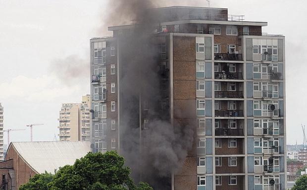 Khói bốc lên từ hiện trường vụ hỏa hoạn (Ảnh: Brixtonbuzz)