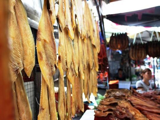 Rất nhiều loại cá khô của người Campuchia được bày bán tại chợ.