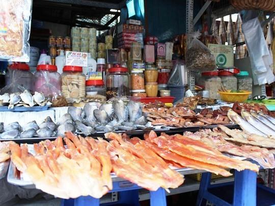 Điểm nổi bật khu chợ này là các loại cá khô được đánh bắt từ Biển Hồ Phnôm Pênh. Rất nhiều loại cá được bày biện hấp dẫn, treo lủng lẳng khiến người mua quan tâm.