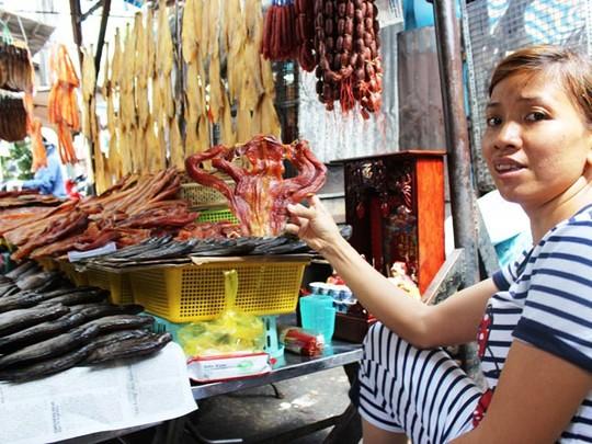 Ếch phơi khô, món ăn đặc sản của bà con Campuchia.