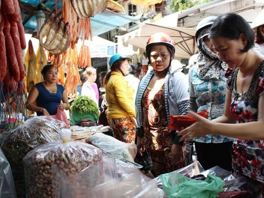 Chợ thu hút rất đông khách Campuchia lẫn người Việt