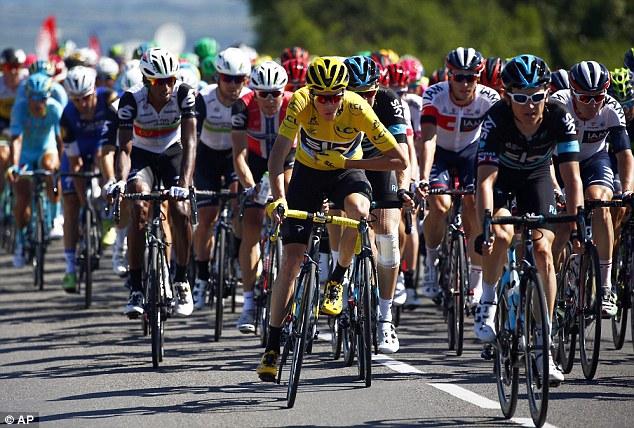 Chris Froome (áo vàng) vẫn giữ áo vàng sau 14 chặng của Tour de France 2016. Ảnh: AP
