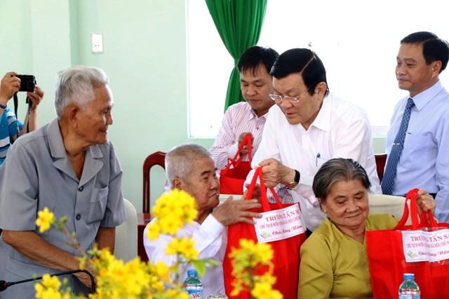 Chủ tịch nước Trương Tấn Sang tặng quà gia đình chính sách của xã Hòa An, TP Cao Lãnh. (Ảnh: Báo Nhân dân)