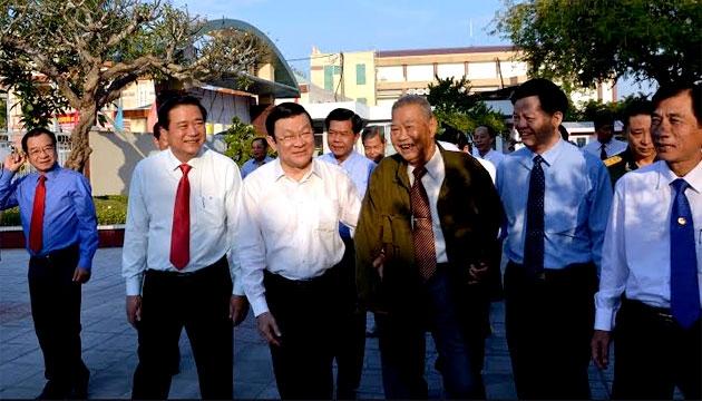 Chủ tịch nước Trương Tấn Sang thăm, chúc Tết các cán bộ lão thành cách mạng tỉnh Long An. (Ảnh: Báo Nhân dân)