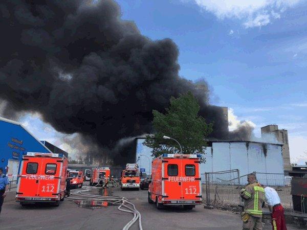 Lực lượng cứu hoả ở hiện trường đám cháy (Ảnh: Twitter)