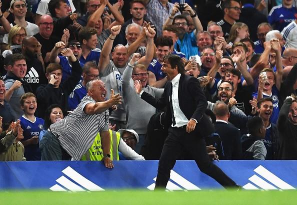 Antonio Conte chia vui cùng các CĐV