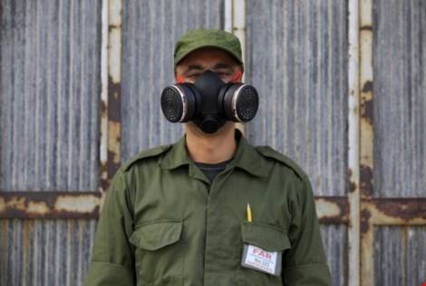 Môt quân nhân Cuba đeo mặt nạ lọc khí (Ảnh: Reuters)
